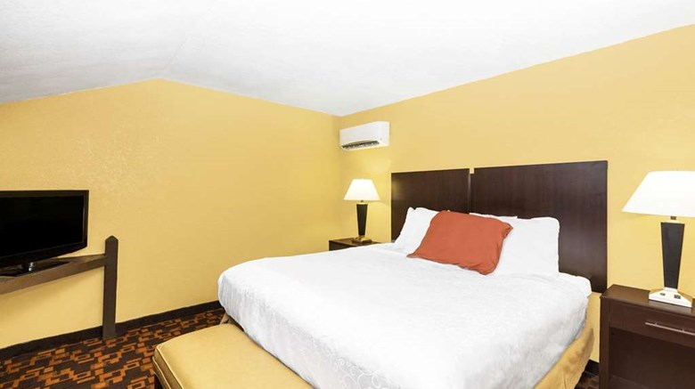 "Days Inn & Suites Suite. Images powered by <a href='http://web.iceportal.com'  target=""_blank"">Ice Portal</a>."