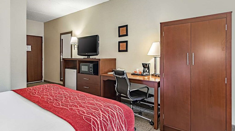 "Comfort Inn Madison Room. Images powered by <a href='http://web.iceportal.com'  target=""_blank"">Ice Portal</a>."