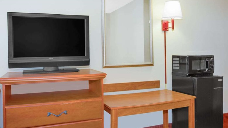 "Days Inn Mount Hope Room. Images powered by <a href='http://web.iceportal.com'  target=""_blank"">Ice Portal</a>."