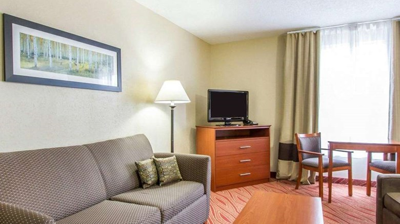 "Comfort Inn Poplar Bluff Suite. Images powered by <a href='http://web.iceportal.com'  target=""_blank"">Ice Portal</a>."