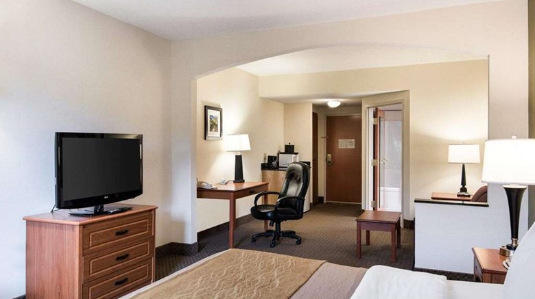 "Comfort Inn & Suites Suite. Images powered by <a href='http://web.iceportal.com'  target=""_blank"">Ice Portal</a>."