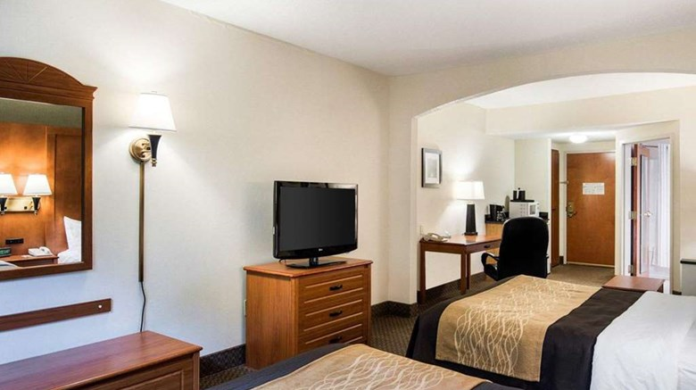 "Comfort Inn & Suites Room. Images powered by <a href='http://web.iceportal.com'  target=""_blank"">Ice Portal</a>."