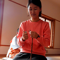 <p>Eun Yoo Chong, hard at work on a set of sandalwood prayer beads // © 2015 Shane Nelson</p><p>Feature image (above): Travelers can experience...
