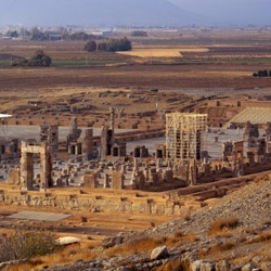 Stop at Persepolis, an important archaeological site. // © 2015 iStock