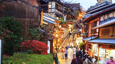 While in Japan, observe your surroundings and show respect. // © 2015 Thinkstock 2