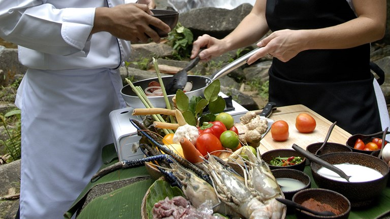 Guests can take a Thai cooking class in the jungle.