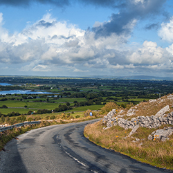 <p>On this trip to Ireland, travelers can stop at scenic viewpoints on the Ring of Kerry tour. // © 2017 Creative Commons user<a...