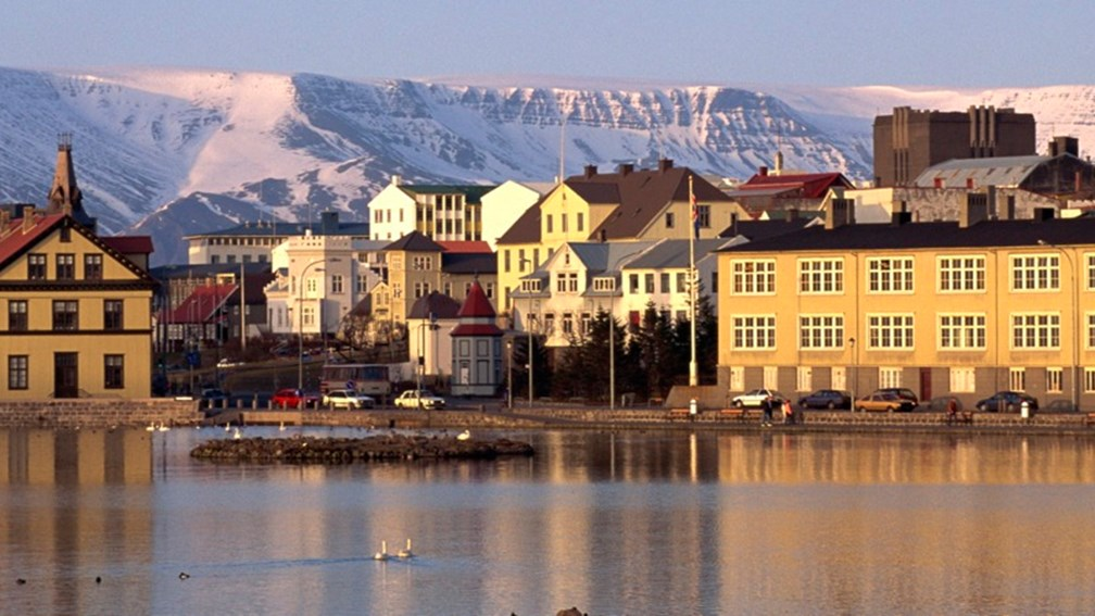 Art galleries, museums, thermal public swimming pools and never-ending festivals put the city of Reykjavik on the map. // © 2013 Thinkstock F