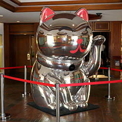 <p>Families who shake hands with Hyatt Waikiki's Lucky Cat receive fortunes cards and might win prizes. // © 2016 Hyatt Regency Waikiki Beach Resort...