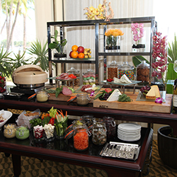 <p>Each evening, Moana Surfrider's Beach Club provides an exclusive selection of pupus and drinks. // © 2015 Moana Surfrider, A Westin Resort &...