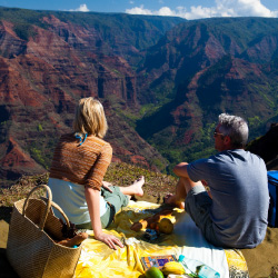 Kauai's romantic scenery makes it an ideal destination for couples. // © 2014 HTA/Tor Johnson