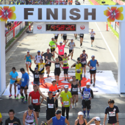 The Honolulu Marathon draws thousands of runners to Oahu each December. // © 2014 2014 ADK-Honolulu Marathon