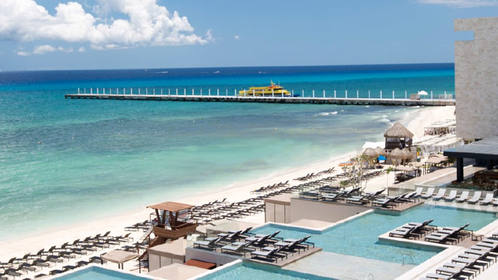 The resort is located on one of the area's most popular beaches. // © 2016 Grand Hyatt Playa Del Carmen Resort 2