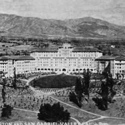 <p>A postcard view of the Huntington Hotel and the San Gabriel Valley // © Los Angeles Public Library / Langham Hotel, Pasadena</p><div></div>