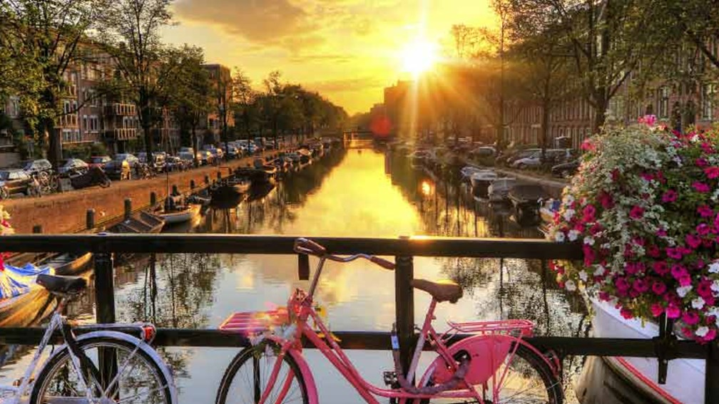Cruise Amsterdam's canals on The Rhine, Swiss Alps & Amsterdam itinerary // © 2015 Thinkstock 2