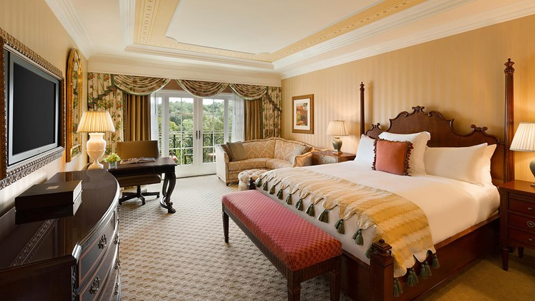 Guestrooms look out to the canyon, a pool or the golf course.