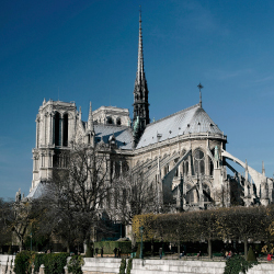 Flying buttresses are distinctive features of this cathedral. What is its name? // © 2013 Thinkstock