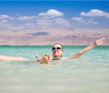 A visitor is keeping cool in the Dead Sea // (c) 2011 Thinkstock