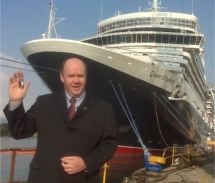 Cunard Line president Peter Shanks holds the keys to Queen Elizabeth. // © Cunard Line