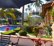 <div>Guests often gather around Las Casitas del Mar's pool and manicured courtyard for pot luck dinners.  // © 2011 Dawna L. Robertson</div>
