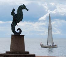 Clients can learn about the sculptures along the Malecon on an art tour. // © 2011 TIFF130