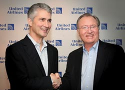 Continental chairman and CEO Jeff Smisek (left) with UAL Corp. chairman, president and CEO Glenn Tilton (right) // © 2010 United Airlines