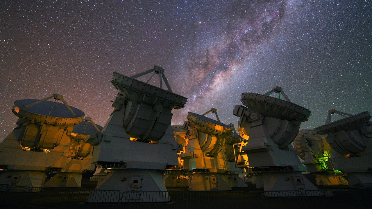 The Milky Way glowing above Atacama Large Millimeter Array (ALMA) Observatory
