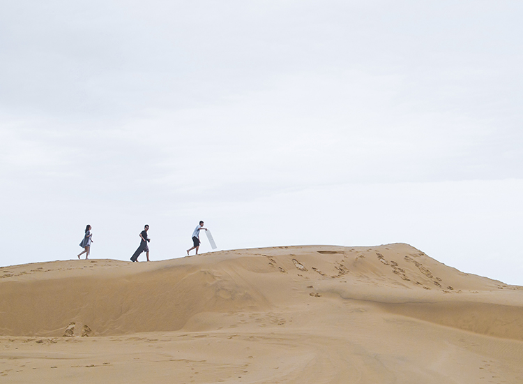 Kids and adults can give sandboarding — riding a wakeboard or a similar board down the dunes — a try. // © 2015 Thinkstock