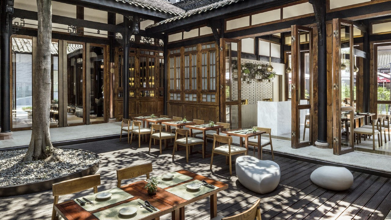 The on-site Teahouse restaurant offers vegetarian dishes.
