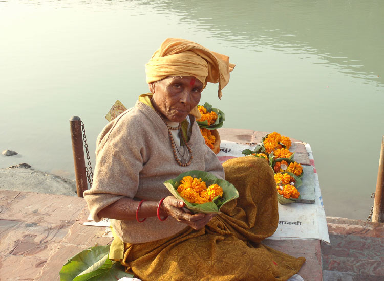 For a donation, flower bowls can be released into the Ganges River. // © 2014 Thinkstock