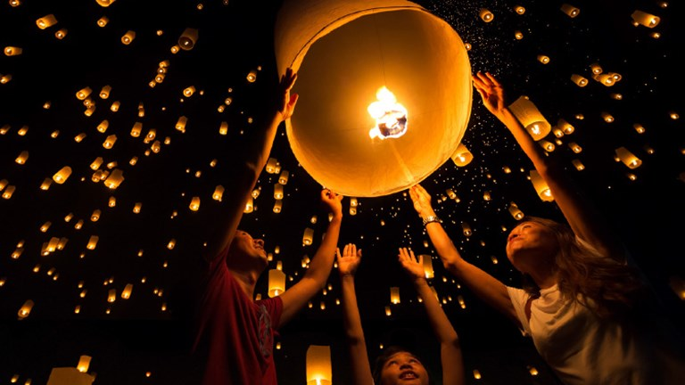 Witness floating lanterns in Thailand. // © 2016 iStock