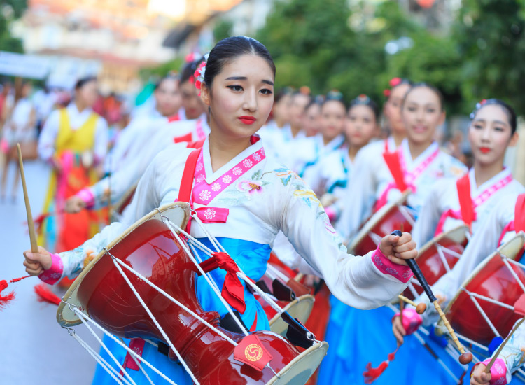 For an extra-enriching experience, inform clients about Korean festivals and ceremonies taking place during their travel dates. // © 2016 iStock