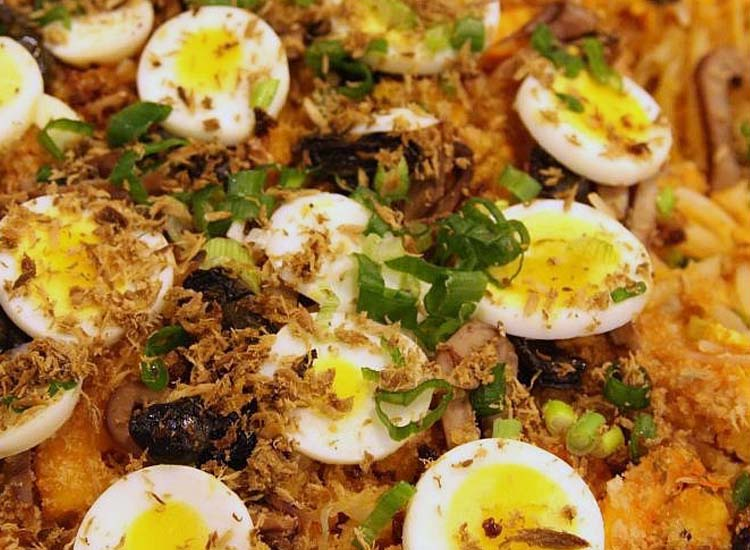 Pancit palabok can be prepared multiple ways — and all of them are delicious. // © 2015 Creative Commons user lfl