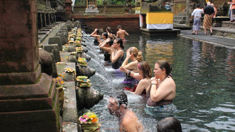 At Pura Tirta Empul, locals and visitors alike can take part in holy water rituals. // © 2017 Pravassa