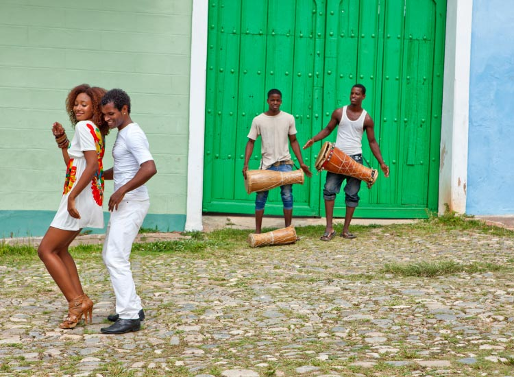 Some Cuba tours include dance lessons. // © 2015 IStock