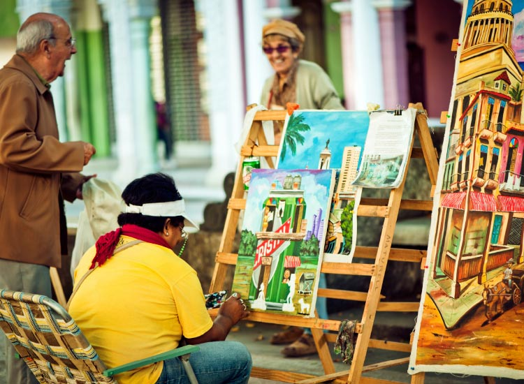 Local artists often mingle with tourists. // © 2015 IStock