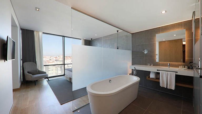 Some room categories include a bathroom with standing tub. // © 2018 Iberostar Lisboa