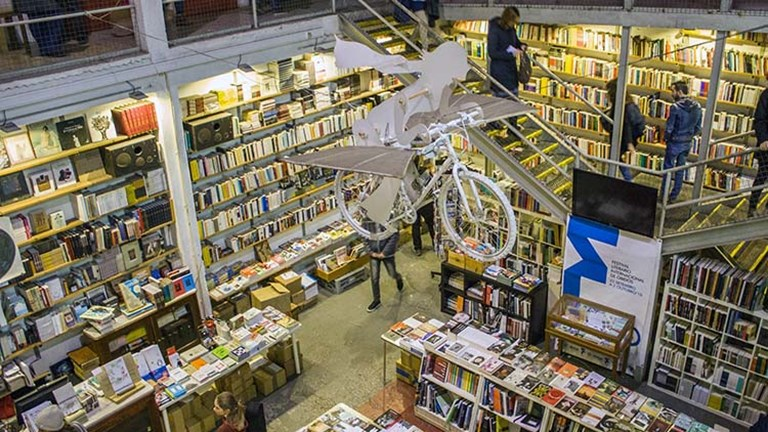 Spend hours shopping for books, eating cake and sipping on wine or coffee in the multistory Ler Devagar bookstore. // © 2018 Creative Commons user shadowgate