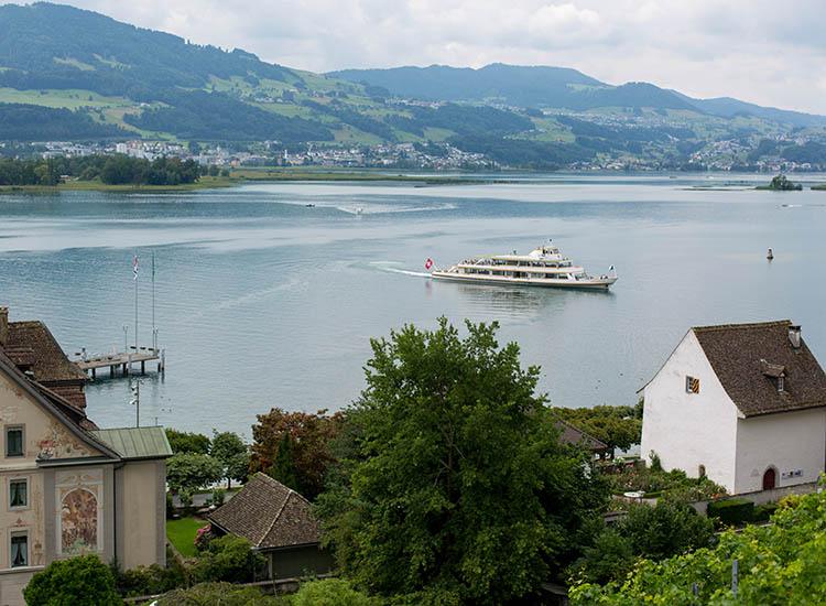 A boat pulls into the bay at Rapperswil before heading back toward Zurich. // © 2018 Ben McBee