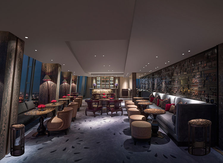 The cozy Gong, also located on level 52, offers a cocktail and champagne bar. // © 2017 Shangri-La Hotel, At The Shard, London