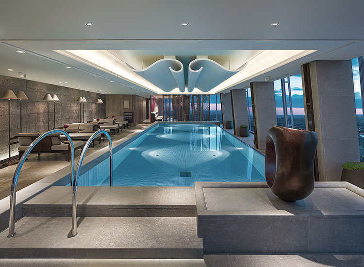 Guests can take in the view from the infinity pool on level 52. // © 2017 Shangri-La Hotel, At The Shard, London