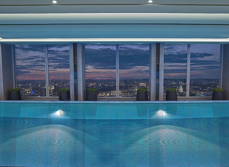 The tranquil infinity pool overlooks the city. // © 2017 Shangri-La Hotel, At The Shard, London