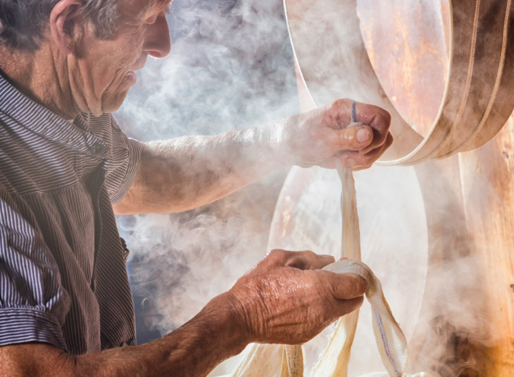 Learn about cheese-making in Switzerland // © 2016 iStock