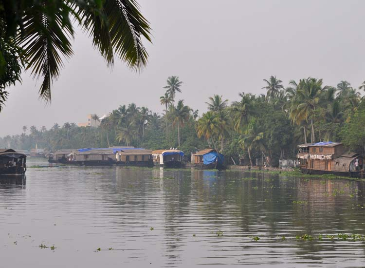 For clients interested in sightseeing along canals, but uninterested in crowds, Alappuzha in India is a great choice. // © 2015 Creative Commons user adamreeder