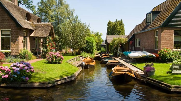 Some houses in Giethoorn are only accessible by boat. // © 2015 Creative Commons user pioilo