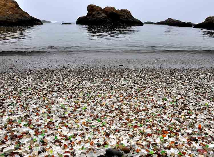 Guests are unfortunately not allowed to take home some glass from California's Glass Beach home with them, however tempting it might be. // © 2017 Wikimedia Commons