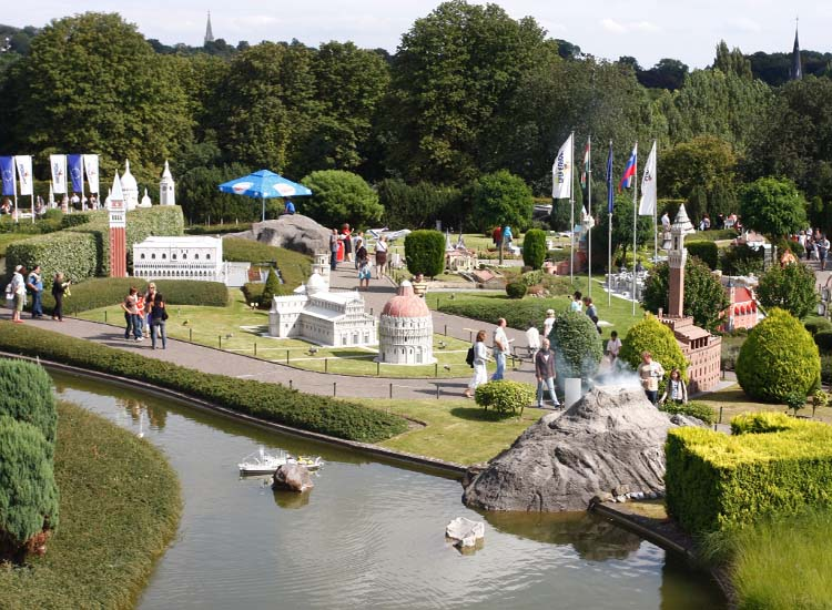 Guests can see up to 350 miniaturized versions of Europe's most famous landmarks. // © 2015 Mini-Europe
