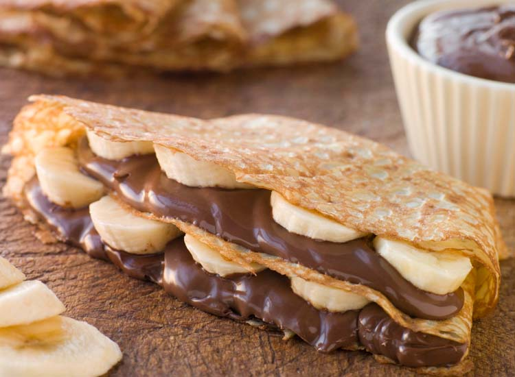 Sweet crepes filled with Nutella and banana or butter and sugar make for a delicious dessert. // © 2014 Thinkstock