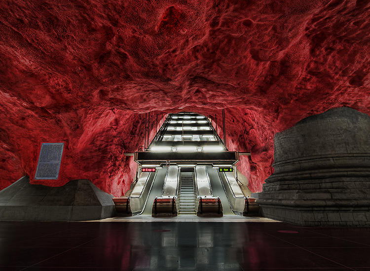 Exposed bedrock makes for a dramatic sight at the Radhuset metro station in Sweden. // © 2014 Creative Commons user cowb0y2000