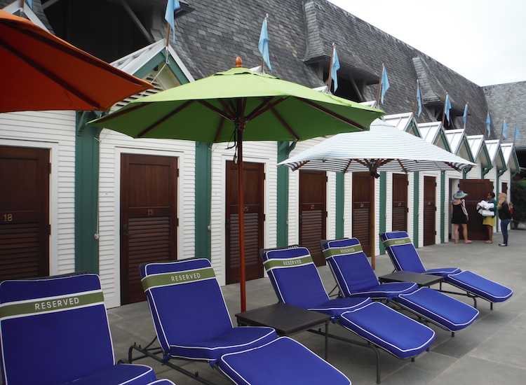 Guests who purchase 'cabine' packages in advance get access to amenities such as reserved pool chairs and private changing cabins with showers. // © 2015 Zorianna Kit